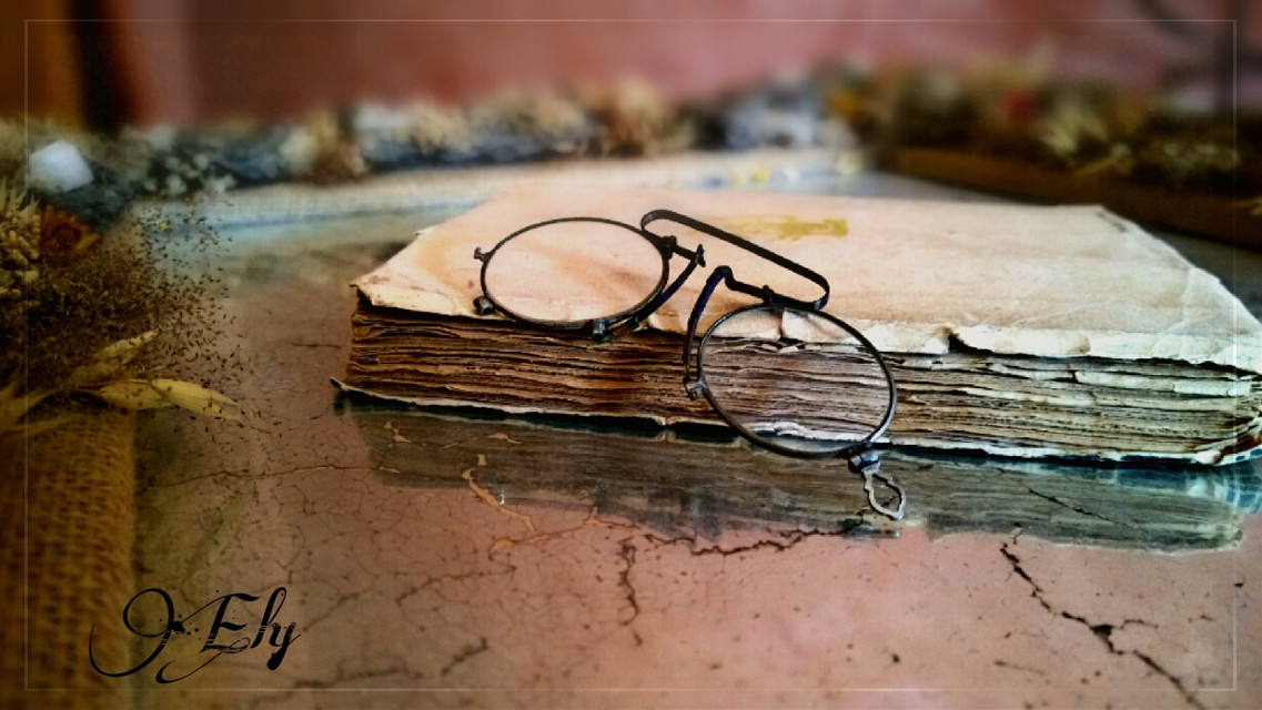 Libro y gafas antiguas  #book #antique #iron #flower #wrinting #oldphoto #retro #photography
